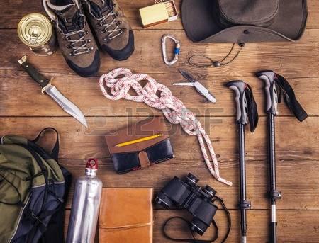 38748385-equipo-para-la-excursi-n-en-un-fondo-de-madera-piso